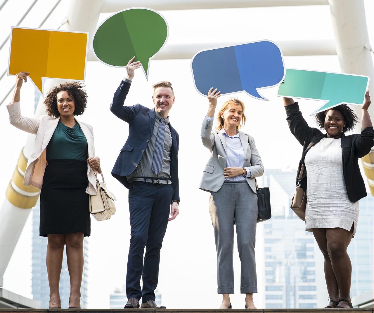 fyra personer som håller upp varsitt språkbubbla.